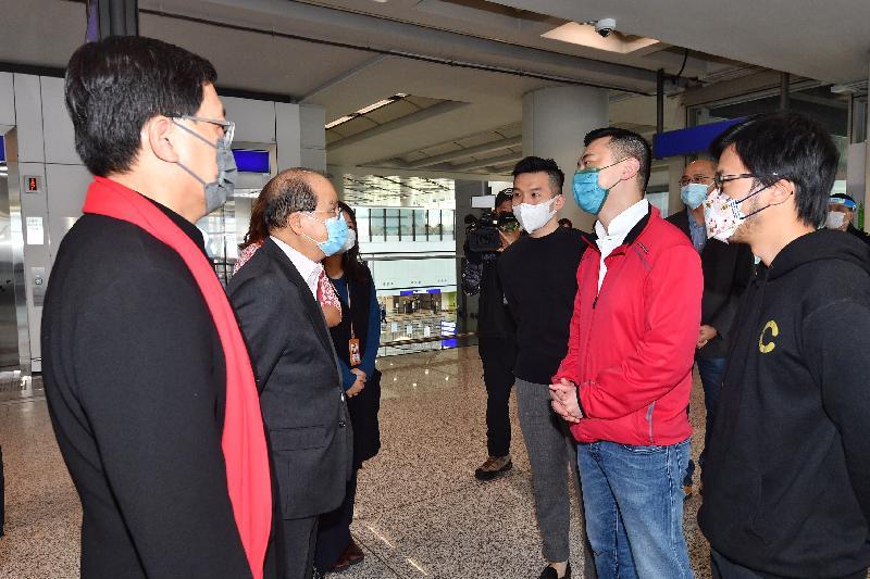 政務司司長張建宗今日(二月十三日)到訪香港國際機場。圖示張建宗(左二)參觀專為機場員工而設的專屬檢測中心,了解中心的運作情況。