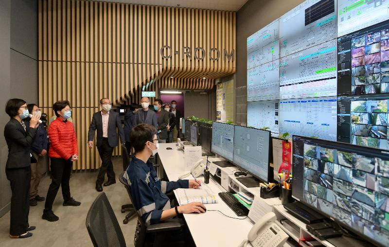 行政長官林鄭月娥今日(二月十五日)到訪位於大嶼山小蠔灣的O ‧ PARK1 — 香港首個將廚餘轉為電能的有機資源回收中心。圖示林鄭月娥(左三)在中央控制室聽取轉廢為能的流程。