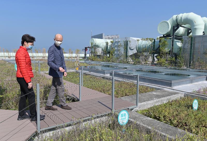 行政長官林鄭月娥(左)今日(二月十五日)在環境局局長黃錦星(右)陪同下到訪位於大嶼山小蠔灣的O.PARK1。