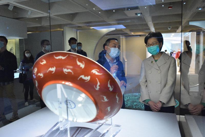 行政長官林鄭月娥今日(二月十九日)下午到訪今日重新向公眾開放的香港藝術館。圖示林鄭月娥(右一)參觀香港藝術館正舉行的「聚道傳承——敏求精舍六十周年」展覽。