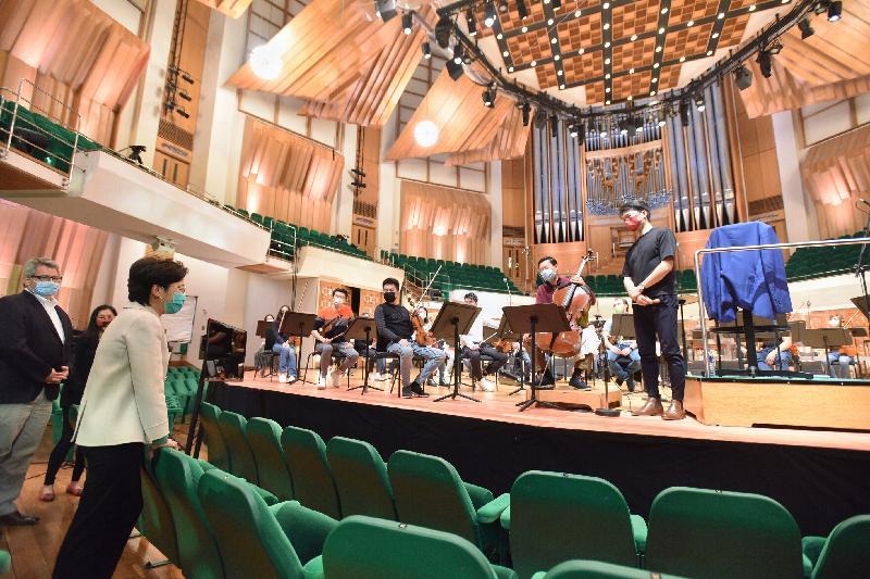 行政長官林鄭月娥今日(二月十九日)下午到訪今日重新向公眾開放的香港文化中心。圖示林鄭月娥(左二)與正在香港文化中心音樂廳進行綵排的香港管弦樂團樂手交談。