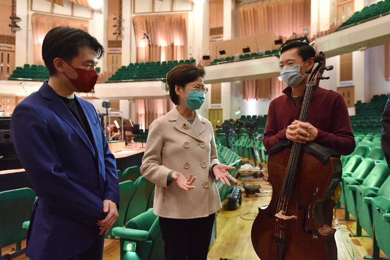 行政長官林鄭月娥今日(二月十九日)下午到訪於今日重新向公眾開放的香港文化中心。圖示林鄭月娥(中)與正在音樂廳進行綵排的香港管弦樂團指揮廖國敏和大提琴家李垂誼交談。