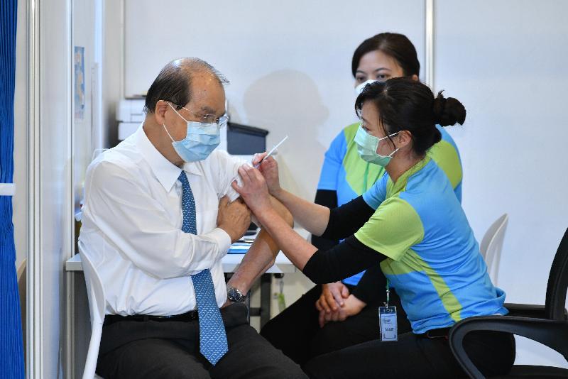 行政長官林鄭月娥與多名司局長今日(二月二十二日)到設於香港中央圖書館展覽館的社區疫苗接種中心接種新冠疫苗。圖示政務司司長張建宗(左)接種疫苗。