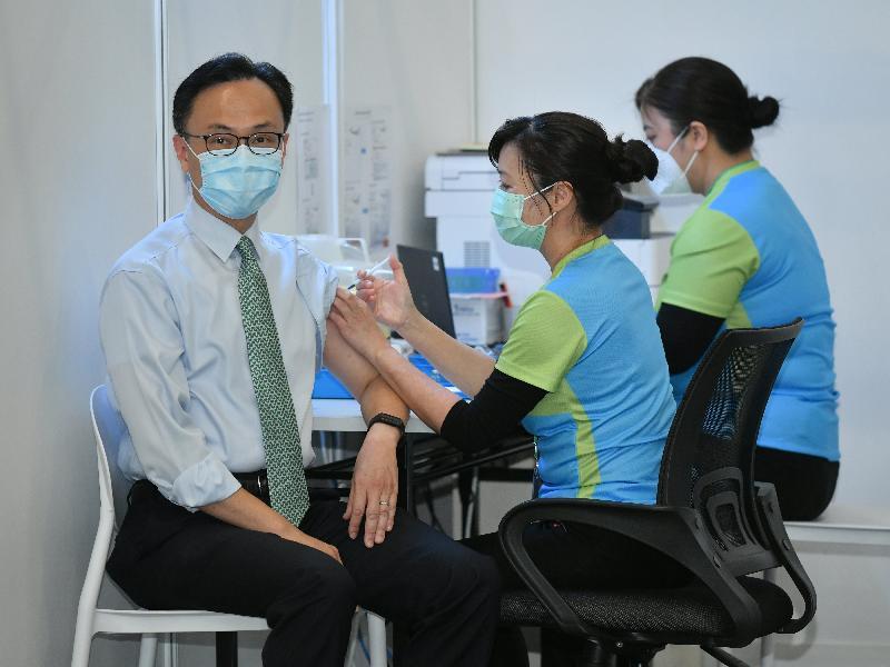 公務員事務局局長聶德權(左一)今日(二月二十二日)到設於香港中央圖書館展覽館的社區疫苗接種中心接種新冠疫苗。