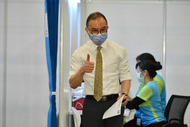 行政長官林鄭月娥與多名司局長今日(二月二十二日)到設於香港中央圖書館展覽館的社區疫苗接種中心接種新冠疫苗。圖示政制及內地事務局局長曾國衞(左)接種疫苗後獲發疫苗接種紀錄。
