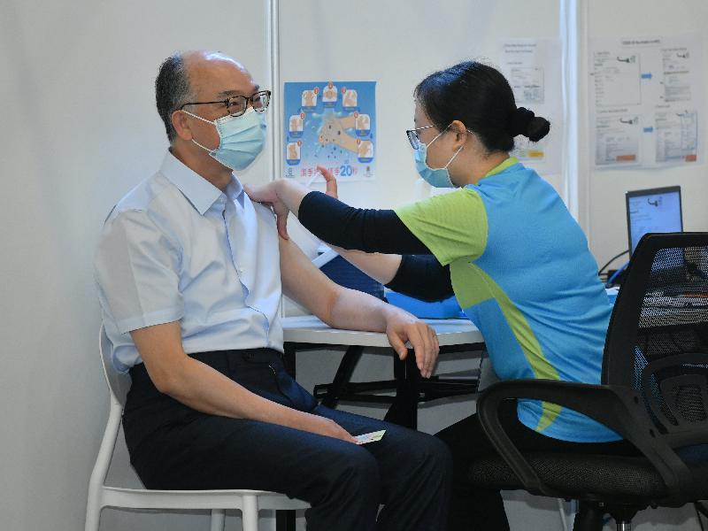 運輸及房屋局局長陳帆(左)今日(二月二十二日)到設於香港中央圖書館展覽館的社區疫苗接種中心接種新冠疫苗。