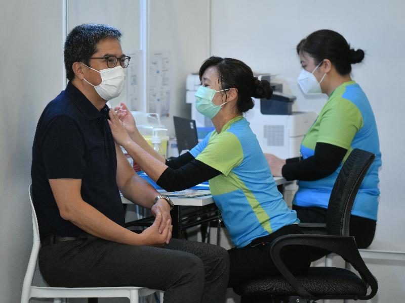 發展局局長黃偉綸(左)今日(二月二十二日)到設於香港中央圖書館展覽館的社區疫苗接種中心接種新冠疫苗。