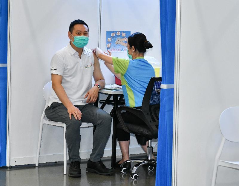民政事務局局長徐英偉(左)今日(二月二十二日)到設於香港中央圖書館展覽館的社區疫苗接種中心接種新冠疫苗。