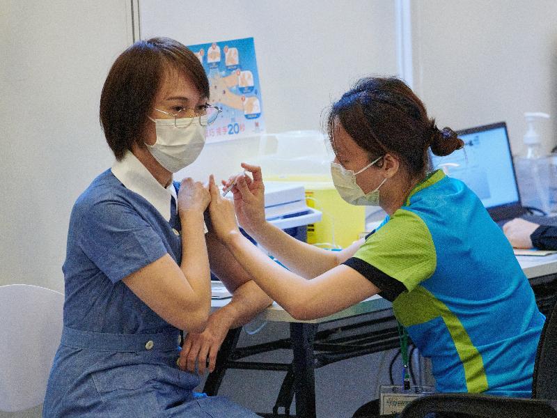 約二百名優先接種組別人士今日(二月二十三日)率先在設於香港中央圖書館展覽館的社區疫苗接種中心接種新冠疫苗,圖示一名醫護人員接種疫苗。