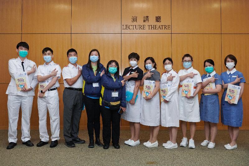 屬優先接種組別的醫護人員今日(二月二十三日)率先在設於香港中央圖書館展覽館的社區疫苗接種中心接種新冠疫苗,以行動呼籲其他優先接種組別人士及早接種疫苗。