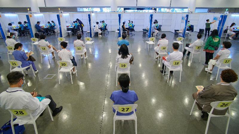 約二百名優先接種組別人士今日(二月二十三日)率先在設於香港中央圖書館展覽館的社區疫苗接種中心接種新冠疫苗,在上午時段接種疫苗的人士包括醫護人員。