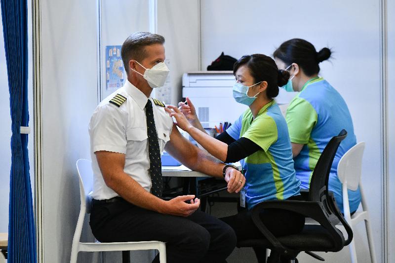 約二百名優先接種組別人士今日(二月二十三日)率先在設於香港中央圖書館展覽館的社區疫苗接種中心接種新冠疫苗,圖示一名機组人員接種疫苗。