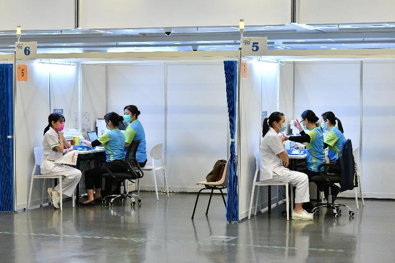 約二百名優先接種組別人士今日(二月二十三日)率先在設於香港中央圖書館展覽館的社區疫苗接種中心接種新冠疫苗,圖示安老院舍員工接種疫苗。