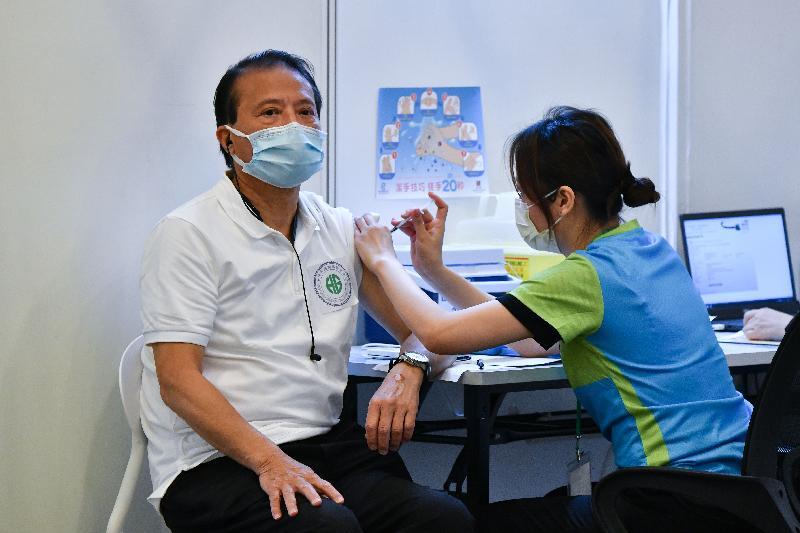 約二百名優先接種組別人士今日(二月二十三日)率先在設於香港中央圖書館展覽館的社區疫苗接種中心接種新冠疫苗,圖示一名跨境貨車司機接種疫苗。