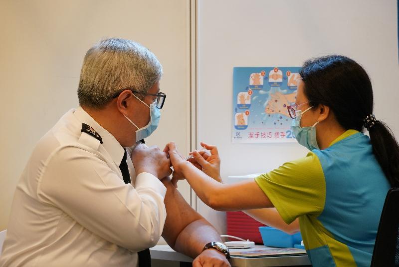 入境事務處處長區嘉宏(左)今日(二月二十三日)到設於香港中央圖書館展覽館的社區疫苗接種中心接種新冠疫苗。