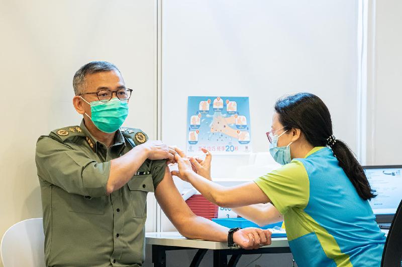 懲教署署長胡英明(左)今日(二月二十三日)到設於香港中央圖書館展覽館的社區疫苗接種中心接種新冠疫苗。