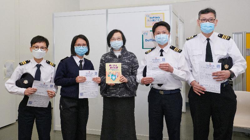 約二百名優先接種組別人士今日(二月二十三日)率先在設於香港中央圖書館展覽館的社區疫苗接種中心接種新冠疫苗,食物及衞生局局長陳肇始教授(中)到場與參與接種疫苗的食物環境衞生署前線員工合照。