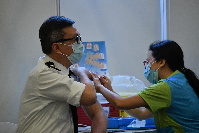 海關關長鄧以海(左)今日(二月二十三日)到設於香港中央圖書館展覽館的社區疫苗接種中心接種新冠疫苗。