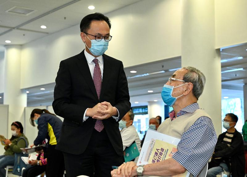 2019冠狀病毒病疫苗接種計劃今日(二月二十六日)正式展開,為屬優先組別的市民接種科興疫苗。公務員事務局局長聶德權(左)到場視察,並與一名長者交談。
