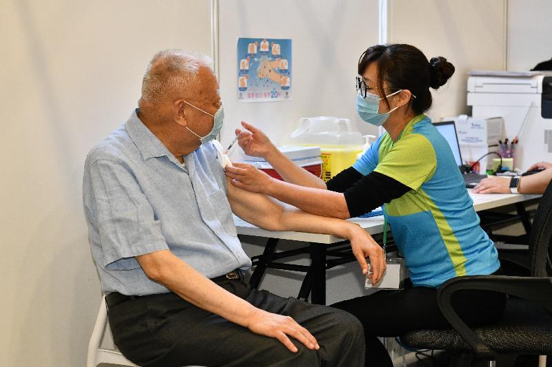 2019冠狀病毒病疫苗接種計劃今日(二月二十六日)正式展開。全國政協副主席董建華(左)在設於香港中央圖書館展覽館的社區疫苗接種中心接種新冠疫苗。