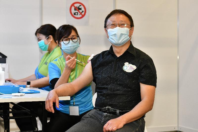 2019冠狀病毒病疫苗接種計劃今日(二月二十六日)正式展開。前衞生防護中心總監曾浩輝醫生(右)在設於香港中央圖書館展覽館的社區疫苗接種中心接種新冠疫苗。