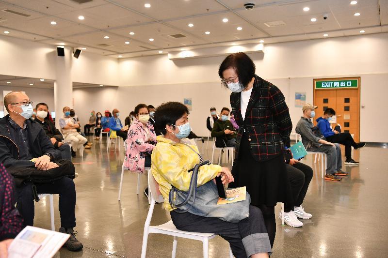 食物及衞生局局長陳肇始教授今日(二月二十六日)在位於香港中央圖書館展覽館的社區疫苗接種中心與等候接種疫苗的市民交談。