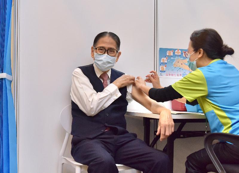 2019冠狀病毒病疫苗接種計劃今日(二月二十六日)正式展開。前安老事務委員會主席梁智鴻醫生(左)在設於香港中央圖書館展覽館的社區疫苗接種中心接種新冠疫苗。