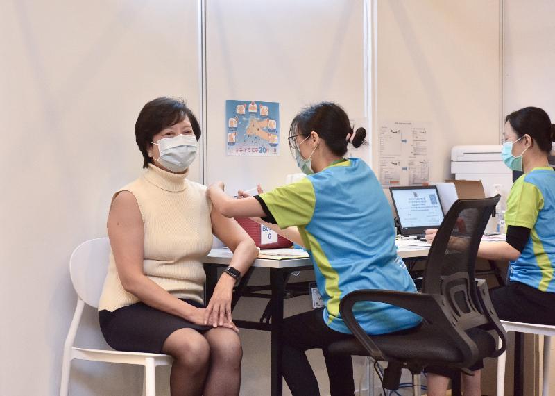 2019冠狀病毒病疫苗接種計劃今日(二月二十六日)正式展開。香港護士管理局主席羅鳳儀教授(左)在設於香港中央圖書館展覽館的社區疫苗接種中心接種新冠疫苗。