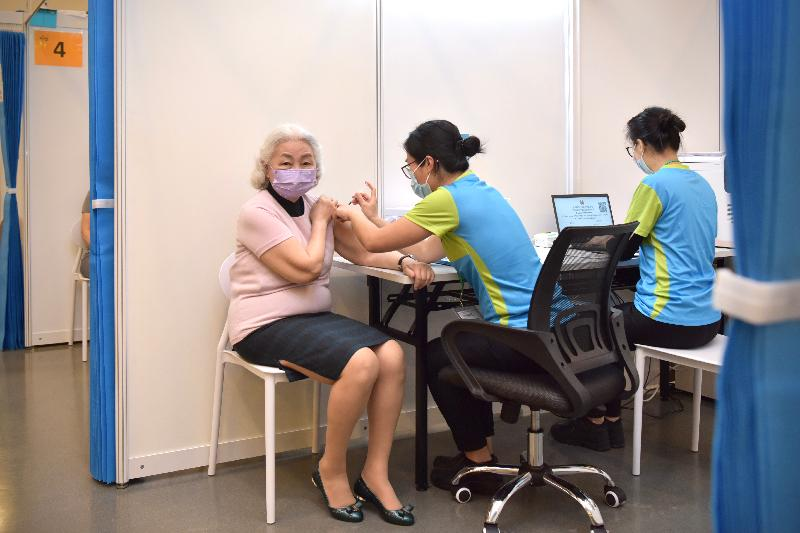 2019冠狀病毒病疫苗接種計劃今日(二月二十六日)正式展開。前律政司司長梁愛詩(左)在設於香港中央圖書館展覽館的社區疫苗接種中心接種新冠疫苗。