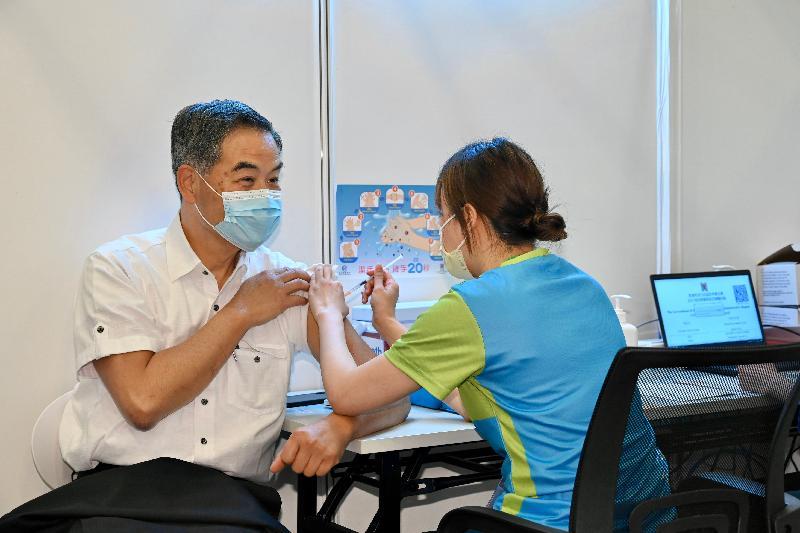 2019冠狀病毒病疫苗接種計劃今日(二月二十六日)正式展開。全國政協副主席梁振英(左)在設於香港中央圖書館展覽館的社區疫苗接種中心接種新冠疫苗。