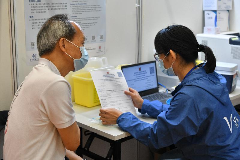 2019冠狀病毒病疫苗接種計劃今日(二月二十六日)正式展開。疫苗可預防疾病科學委員會主席劉宇隆教授(左)在設於官涌體育館的社區疫苗接種中心接種新冠疫苗。
