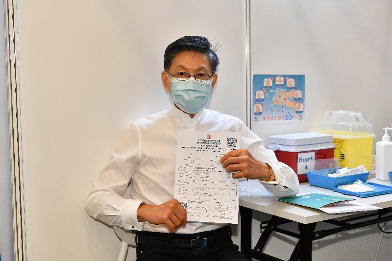 2019冠狀病毒病疫苗接種計劃今日(二月二十六日)正式展開。香港中文大學賽馬會公共衞生及基層醫療學院醫療體系及政策研究所總監楊永強教授在設於香港中央圖書館展覽館的社區疫苗接種中心接種新冠疫苗。