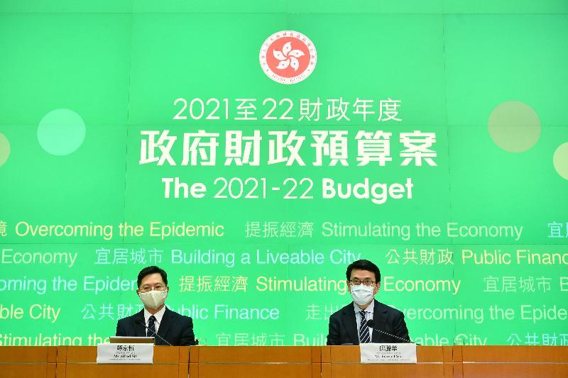 商務及經濟發展局局長邱騰華(右)和創新及科技局局長薛永恒(左)今日(二月二十六日)舉行記者會,闡述《財政預算案》中其政策範疇的相關措施。
