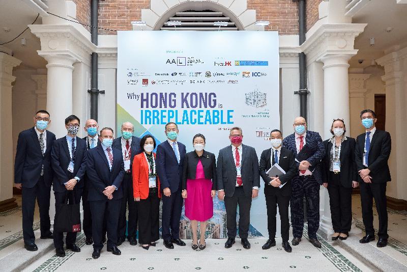 由投資推廣署和亞洲國際法律研究院合辦的網上研討會上星期五(二月二十六日)舉行,研討會旨在探討香港在亞洲區內領先的法律樞紐地位。圖為律政司司長鄭若驊資深大律師(右六)、投資推廣署署長傅仲森(右五)、香港金融管理局總裁余偉文(中)、亞洲國際法律研究院主席梁定邦資深大律師(左五)和其他講者於活動上合照。