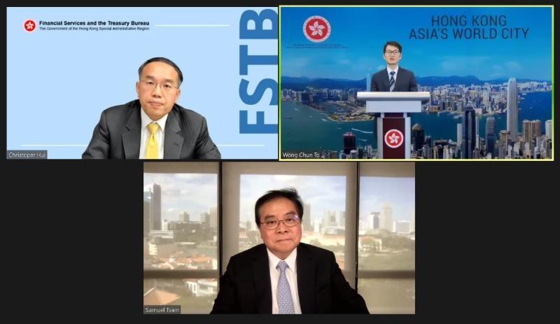 香港駐新加坡經濟貿易辦事處今日(三月四日)舉辦以「我們的金融故事:香港、大灣區及世界」為題的網上研討會。財經事務及庫務局局長許正宇(上排左一)和新加坡華僑銀行集團行政總裁錢乃驥(下)在答問環節回應與會者的問題。答問環節由香港駐新加坡經濟貿易辦事處處長黃俊濤(上排右一)主持。