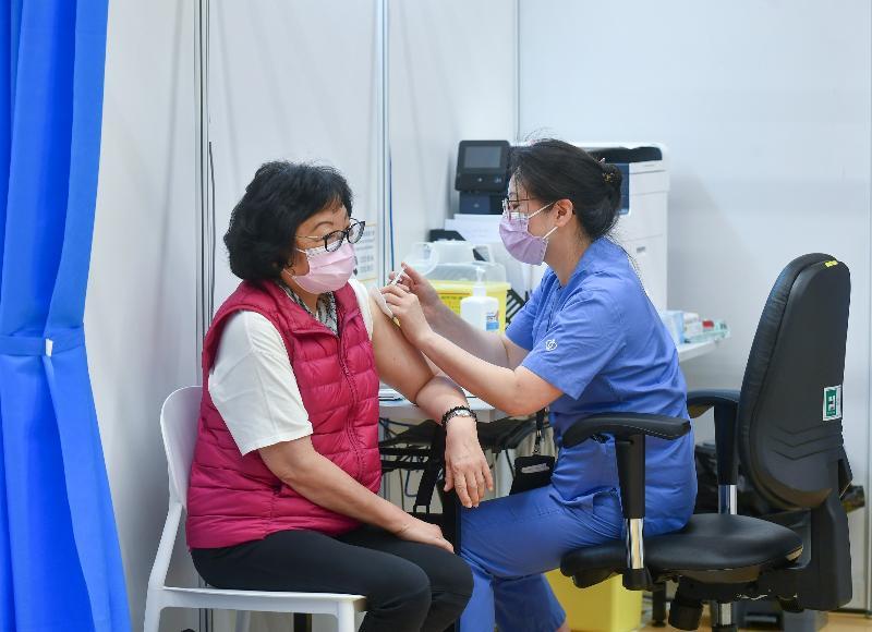 約一百名優先接種組別人士今日(三月八日)在設於中山紀念公園體育館的社區疫苗接種中心接種復必泰疫苗。圖示前民政事務局常任秘書長李麗娟(左)接種疫苗。