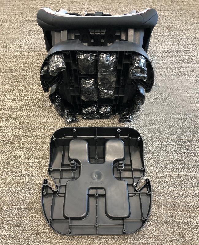 香港海關二月十八日在元朗檢獲約五十一點五公斤懷疑冰毒,估計市值約三千二百萬元。這是海關首次破獲涉及自助貨櫃場的販毒案件。圖示收藏於嬰兒汽車座椅暗格內的部分檢獲懷疑冰毒。