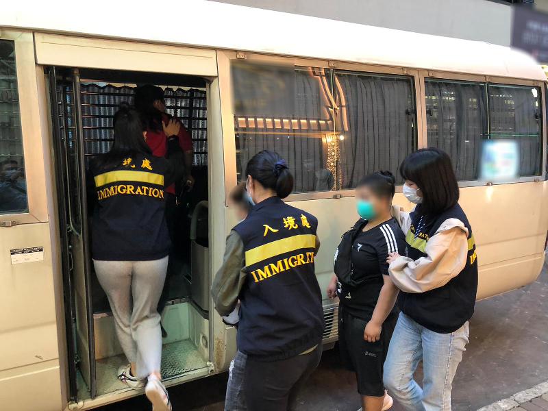 入境事務處昨日(三月八日)在全港各區展開代號「曙光行動」的反非法勞工行動。圖示懷疑非法勞工在行動中被捕。
