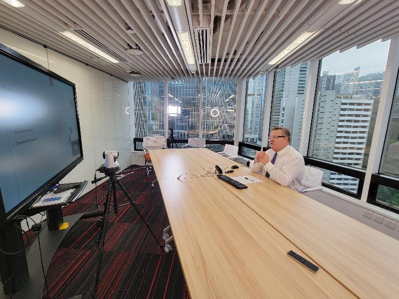 投資推廣署今日(三月十日)與錫蘭商會合辦網上研討會,鼓勵斯里蘭卡貿易企業藉香港把握粵港澳大灣區及「一帶一路」倡議帶來的商機。圖為投資推廣署署長傅仲森以視像形式在會上發言。