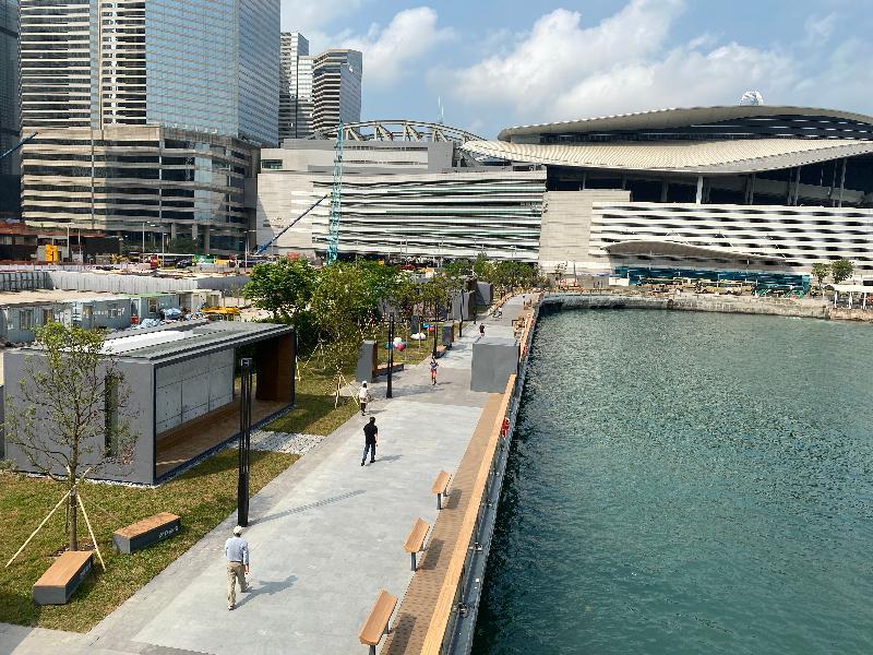 位於灣仔碼頭海濱的「渡輪碼頭畔主題區」今日(三月十九日)進一步開放,為市民提供更多消閒海濱空間。項目以簡約的清水混凝土和木系構築物為主調,創造出型格的空間,貫徹「段段有特色」的海濱發展方向。