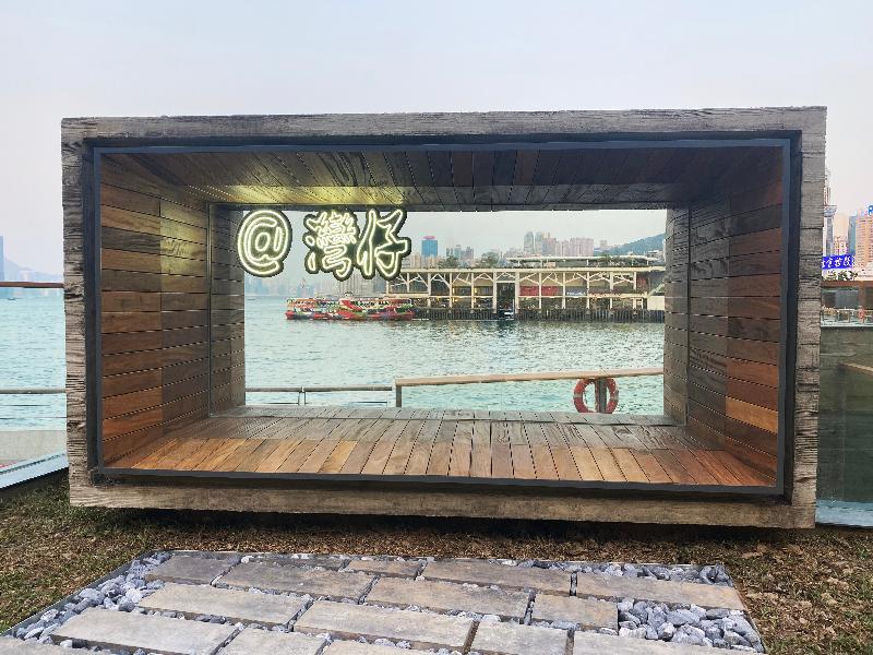 位於灣仔碼頭海濱的「渡輪碼頭畔主題區」今日(三月十九日)進一步開放,新開放的用地引入相框和霓虹燈裝飾概念,提供大量「打卡位」,讓遊人與靠岸的天星小輪拍照。