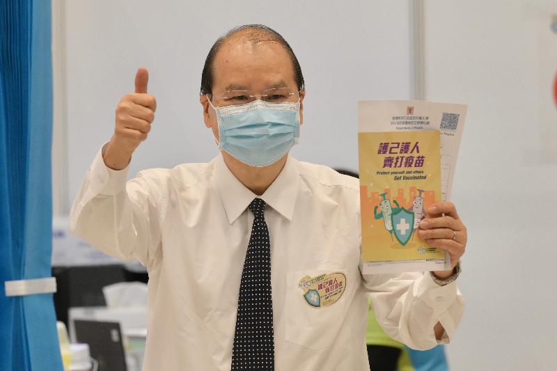 行政長官林鄭月娥今日(三月二十二日)上午聯同多名司局長在添馬政府總部會議廳接種第二劑新冠疫苗。圖示政務司司長張建宗與疫苗接種紀錄。