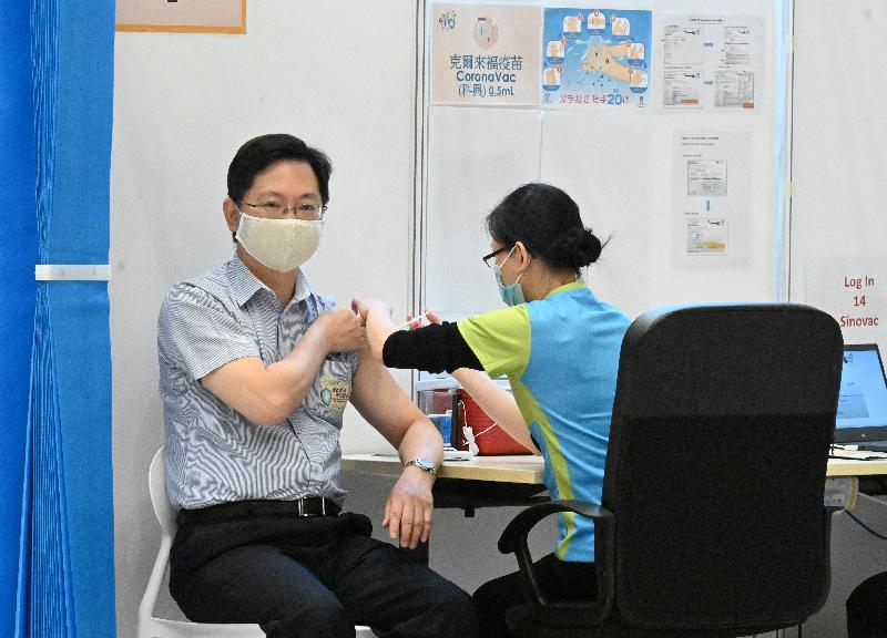 創新及科技局局長薛永恒(左)今日(三月二十二日)上午在添馬政府總部接種第二劑新冠疫苗。
