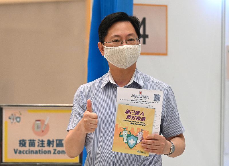 創新及科技局局長薛永恒今日(三月二十二日)上午在添馬政府總部接種第二劑新冠疫苗後讚好。