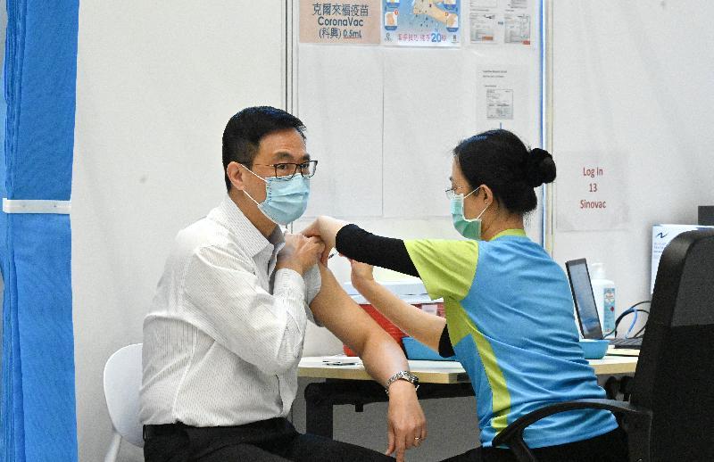 行政長官林鄭月娥今日(三月二十二日)上午聯同多名司局長在添馬政府總部會議廳接種第二劑新冠疫苗。圖示教育局局長楊潤雄(左)接種疫苗。