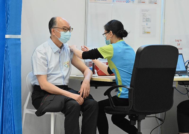 行政長官林鄭月娥今日(三月二十二日)上午聯同多名司局長在添馬政府總部會議廳接種第二劑新冠疫苗。圖示運輸及房屋局局長陳帆(左)接種疫苗。