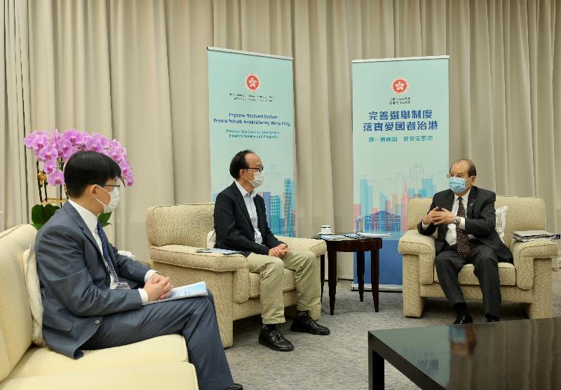 政務司司長張建宗今日(三月三十一日)主持三場解說會,就完善香港特別行政區選舉制度進行解說。圖為張建宗(右)與立法會議員陳振英(左)和馬逢國(中)。