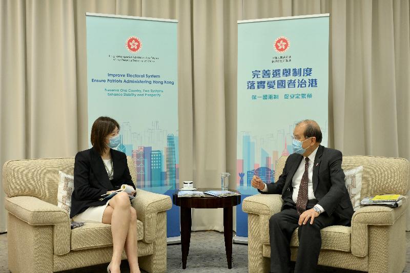 政務司司長張建宗今日(三月三十一日)主持三場解說會,就完善香港特別行政區選舉制度進行解說。圖為張建宗(右)與立法會議員容海恩(左)。