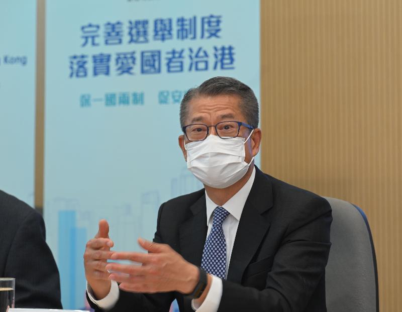 財政司司長陳茂波今日(三月三十一日)會見商界代表,解說有關全國人民代表大會常務委員會為落實《全國人民代表大會關於完善香港特別行政區選舉制度的決定》,就《基本法》附件一《香港特別行政區行政長官的產生辦法》和附件二《香港特別行政區立法會的產生辦法和表決程序》的新修訂內容。圖示陳茂波在其中一場會面發言。