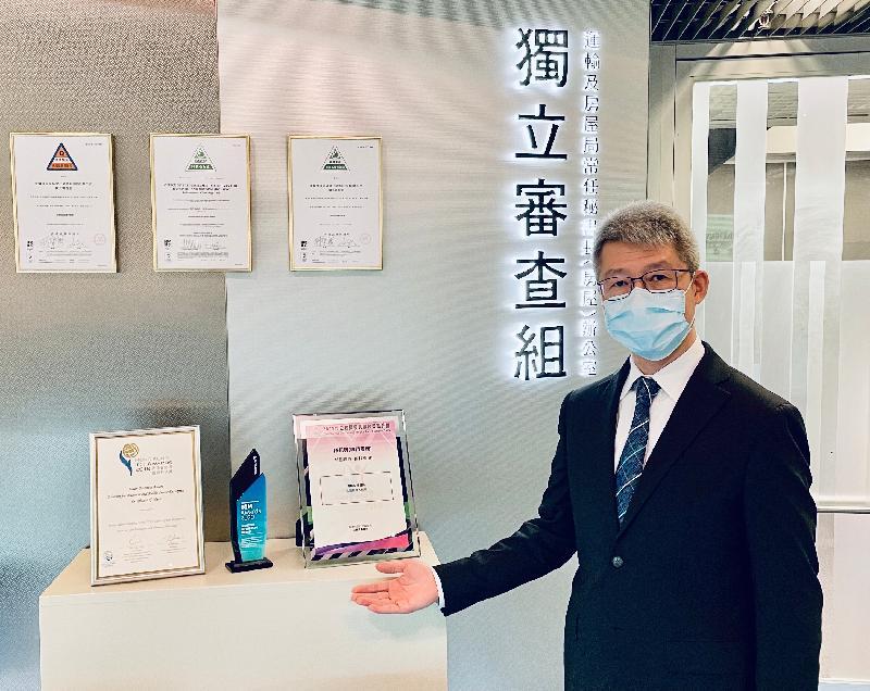 獨立審查組總監蔡惠棠展示該組應用高科技於執行樓宇監管而獲得的多項業界獎項。